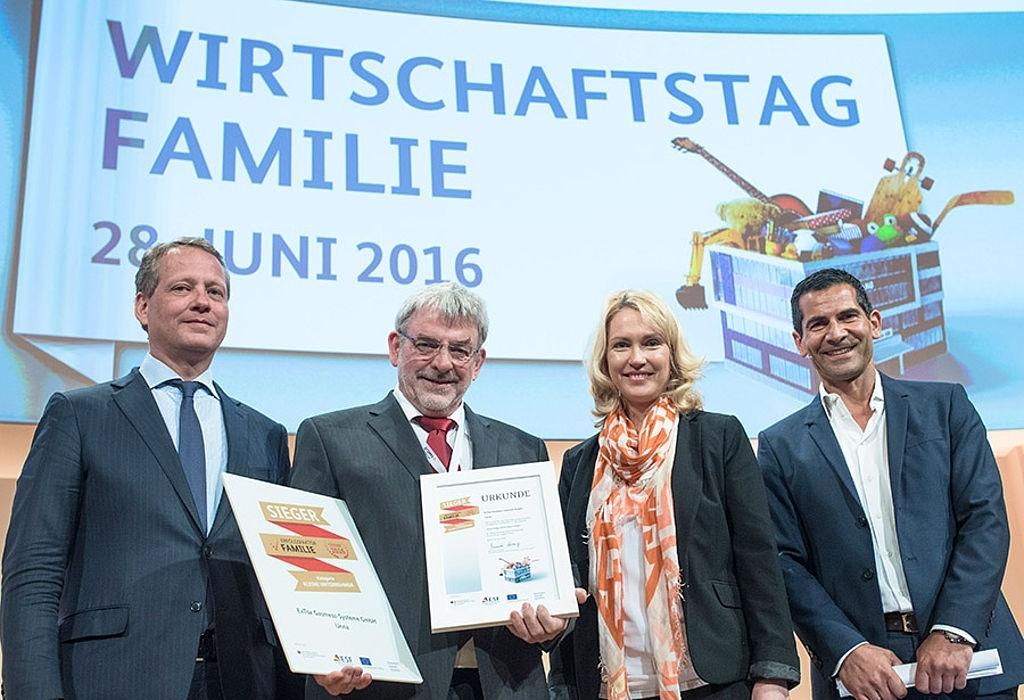 csmGalerieWirtschaftstag-FamilieGesamtsieger-Kleine-Unternehmen-ExTox-Gasmess-Systeme-GmbH-mit-BMin-Manuela-Schwesig-und-Dr-Eric-Schweitzercdbd5fa9e7